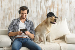 Indivíduo moderno com seus smartphone e cachorrinho que refrigeram para fora Imagem de Stock