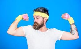 Indivíduo motivado do atleta Treinamento do desportista com fundo azul dos pesos Melhore seus músculos Atleta farpado do homem fotografia de stock royalty free