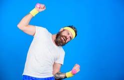Indivíduo motivado do atleta Treinamento do desportista com fundo azul dos pesos Melhore seus músculos Use pesos ou pesos imagens de stock