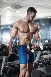 Indivíduo muscular do halterofilista que faz exercícios com peso Fotografia de Stock