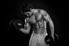 Indivíduo muscular do halterofilista que faz exercícios com pesos Imagens de Stock