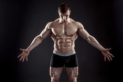 Indivíduo muscular do halterofilista que faz o levantamento sobre o fundo preto Fotos de Stock Royalty Free