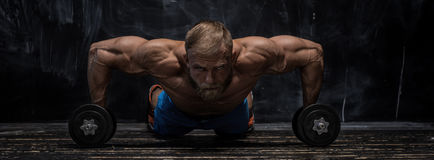 Indivíduo muscular do halterofilista sobre o fundo escuro imagens de stock royalty free