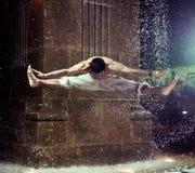 Indivíduo muscular que salta e que faz as separações Fotografia de Stock