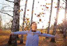 Indivíduo no fundo da floresta do outono Imagens de Stock