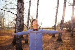Indivíduo no fundo da floresta do outono Imagem de Stock