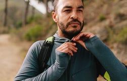 Indivíduo novo apto fora na fuga de montanha Foto de Stock