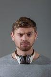Indivíduo novo atrativo com fones de ouvido modernos fotos de stock