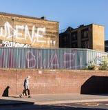Indivíduo novo do punk rock que anda em Shoreditch Imagem de Stock Royalty Free