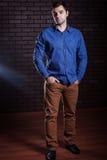 Indivíduo novo em um levantamento da camisa da sarja de Nimes Foto de Stock Royalty Free