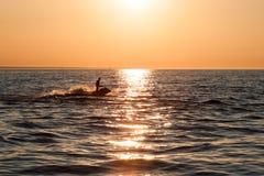 Indivíduo novo que cruza no mar Báltico em um esqui do jato imagens de stock