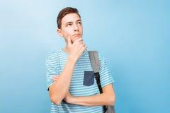 Indivíduo pensativo do adolescente, em um fundo azul imagens de stock royalty free