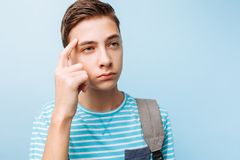 Indivíduo pensativo do adolescente, em um fundo azul fotografia de stock