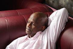 Indivíduo pensativo no sofá Foto de Stock