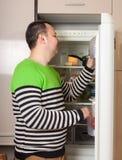 Indivíduo perto do refrigerador em casa imagem de stock