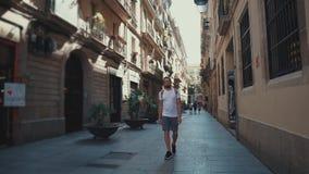 Indivíduo que anda na rua apenas no verão filme
