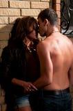 Indivíduo que beija sua amiga Imagens de Stock Royalty Free
