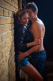 Indivíduo que beija sua amiga de encontro a uma parede em casa Foto de Stock