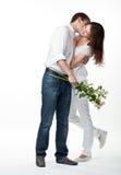 Indivíduo que beija sua amiga de sorriso Fotos de Stock Royalty Free