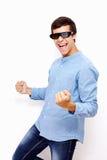 Indivíduo que comemora a vitória em vidros da tevê 3D Imagem de Stock