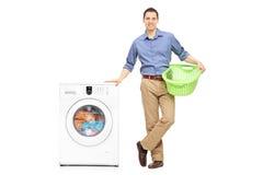 Indivíduo que espera a máquina de lavar para terminar fotografia de stock