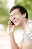 Indivíduo que fala no telefone celular foto de stock