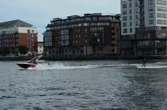 Indivíduo que faz Wakeboard por Dublin Docklands Imagens de Stock
