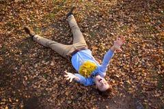 Indivíduo que guarda o ramalhete das folhas de outono Imagens de Stock Royalty Free