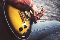 Indivíduo que joga a guitarra fotografia de stock