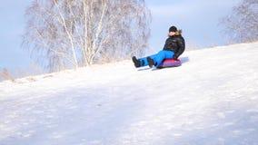 Indivíduo que monta uma montanha nevado Movimento lento Paisagem nevado do inverno Esportes ao ar livre filme
