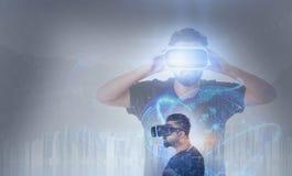 Indivíduo que olha através dos vidros da realidade virtual de VR Imagem de Stock