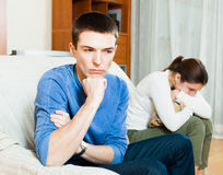 Indivíduo triste contra a mulher irritada Foto de Stock