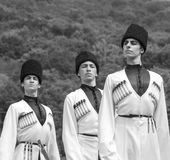 Indivíduos novos em trajes do nacional de Adyghe Fotografia de Stock