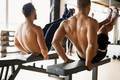 Indivíduos que dão certo junto no gym Foto de Stock Royalty Free