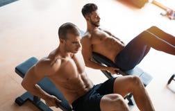 Indivíduos que dão certo no gym imagens de stock royalty free