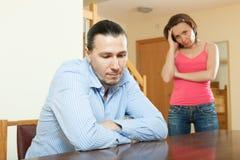 Indivíduo e mulher tristes durante o conflito Fotografia de Stock