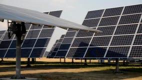 Individu dépistant les panneaux rotatoires du soleil de la centrale solaire clips vidéos