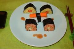 Individu fait, Sushi-valeurs maximales de concentration au poste de travail photo stock