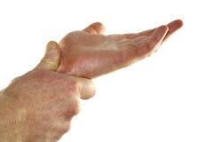 Individu massant le poignet Photographie stock libre de droits