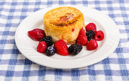 Individual Cheesecake with Berries Stock Photography
