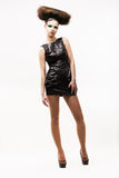 Individualidad. Mujer moderna exquisita que se coloca en vestido de moda negro. Estilo de la moda Fotos de archivo libres de regalías