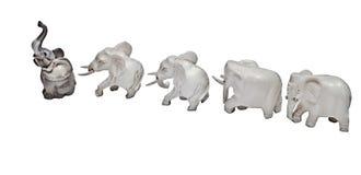 Individualiststatyetter av elefanter går ett system Arkivfoton