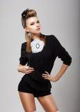 Individualità. Donna alla moda in costume nero - shorts e blusa. Stile di modo immagine stock