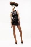 Individualität. Vorzügliche moderne Frau, die im schwarzen modischen Kleid steht. Mode-Art Lizenzfreie Stockfotos