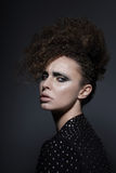 individualité Brune fascinante avec les cheveux bouclés images libres de droits