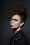 individualiteit Betoverend Brunette met Krullend Haar royalty-vrije stock afbeeldingen