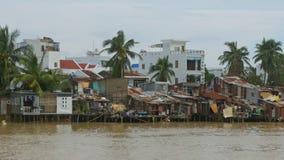 Individuato sulle povere Camere della sponda del fiume con i danni dopo il tifone stock footage