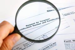 Individuele de Belastingaangiftevorm 1040 van de V.S. dicht omhoog met het overdrijven glas Stock Fotografie