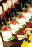 Individuele desserts op weerspiegelde oppervlakte royalty-vrije stock afbeelding