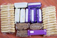 Individuella packar av ljusa mellanmålstänger och kakor Royaltyfria Foton